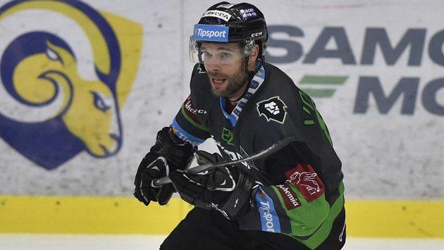 Michal Vondrka z Mladé Boleslavi v duelu se Zlínem.
