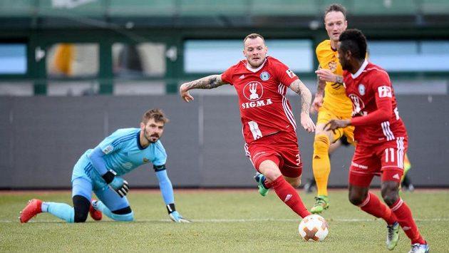 Olomoucký útočník Jakub Řezníček střílí gól na 1:1 proti domácí Dukle.