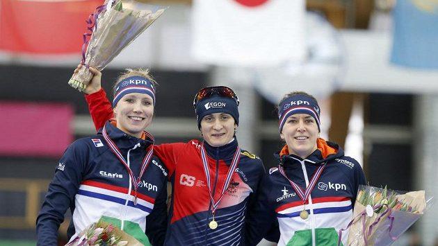 Vítězná Martina Sáblíková v obkopení dvojice Nizozemek - vlevo druhá Carlijn Achtereekteová a třetí Ireen Wüstová.