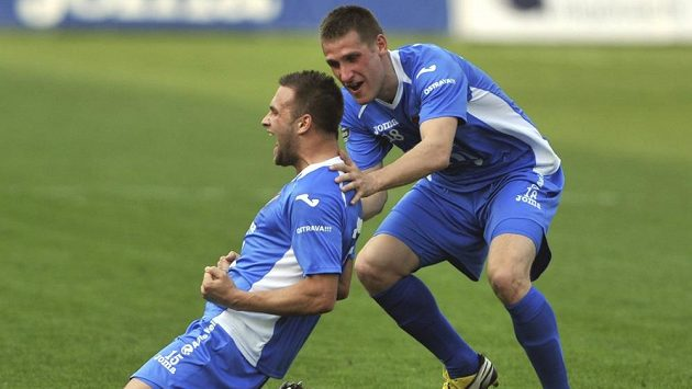 Antonín Fantiš z Baníku Ostrava (vlevo) se raduje se svým spoluhráčem Vlastimilem Stožickým z branky.