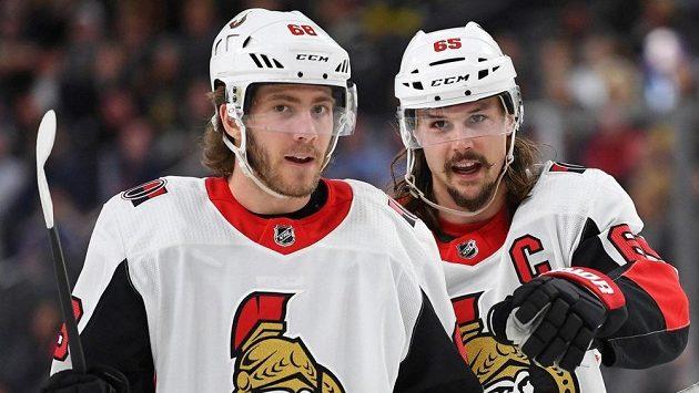 Obránce a kapitán hokejistů Ottawy Erik Karlsson (vpravo) a útočník Mike Hoffman. Budou spolu pokračovat i v příští sezóně?