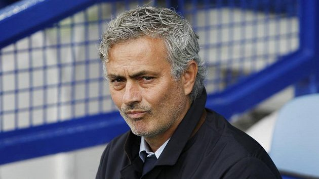 José Mourinho na lavičce Chelsea.