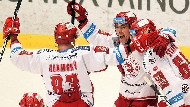Třinečtí hokejisté se radují z gólu proti Zlínu, který vstřelil Ján Sýkora (vpravo).