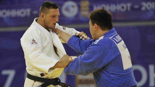 V prvním kole turnaje v Číně Lukáš Krpálek (vlevo) zdolal Kazacha Adila Orazbajeva.