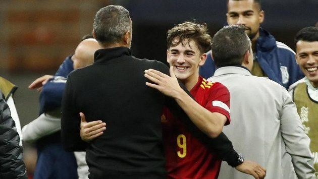 Šťastný debutant Gavi v objetí se španělským trenérem Luisem Enriquem