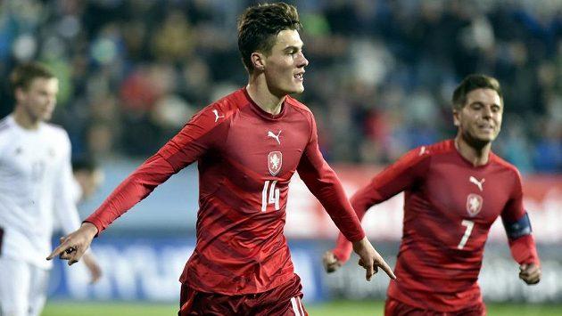 Čeští fotbalisté do 21 let Patrik Schick (vlevo) a Aleš Čermák se radují z gólu.