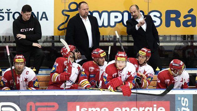 Trenér Slavie Praha Ladislav Lubina (vzadu uprostřed) a jeho asistent Josef Beránek (vpravo) během dohrávky 25. kola Tipsport extraligy s Kometou Brno.