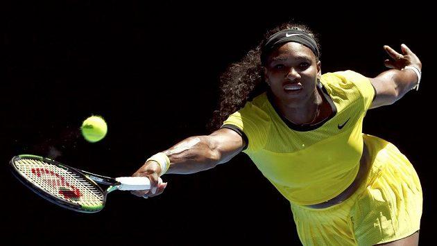 Serena Williamsová z USA v utkání Australian Open proti Italce Camile Giorgiové.