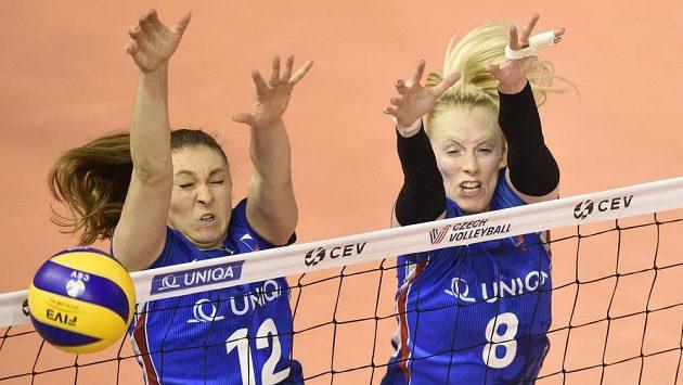 České volejbalistky (zleva) Michaela Mlejnková a Barbora Purchartová v duelu EL se Slovenskem.