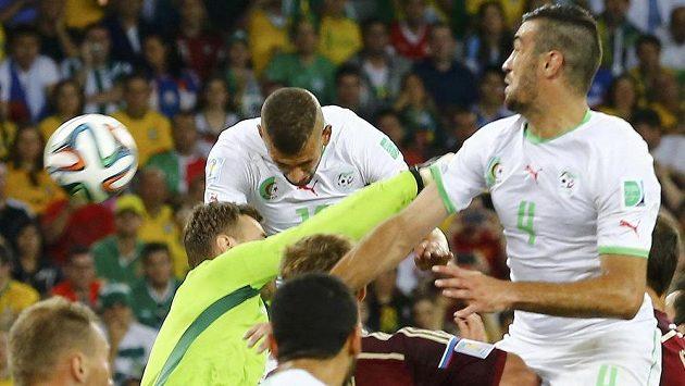 Islam Slimani (uprostřed v bílém dresu) se touto hlavičkou postaral o vyrovnávací gól Alžírska proti Rusku.