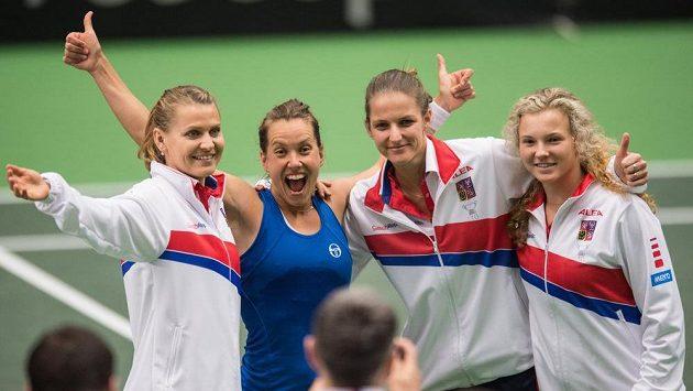 České tenistky (zleva): Lucie Šafářová, Barbora Strýcová, Karolína Plíšková a Kateřina Siniaková oslavují vítězství v 1. kole Fed Cupuv Ostravě.