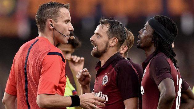 Vyloučený sparťan Marek Matějovský spílá italskému rozhodčímu Paolovi Mazzolenimu v předkole Ligy mistrů proti CSKA Moskva.