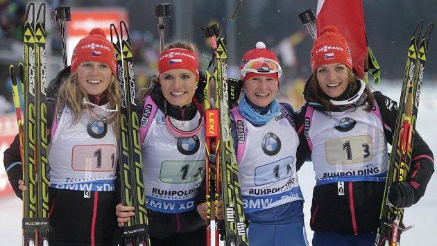Vítězné české biatlonistky (zleva): Eva Puskarčíková, Gabriela Soukalová, Veronika Vítková a Jitka Landová.