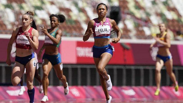 Lada Vondrová (vlevo) v rozběhu na 400 m, po její levé ruce Allyson Felixová z USA.