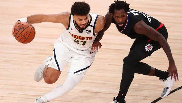 Rozehrávač Denveru Jamal Murray (vlevo) se snaží s míčem projít přes Patricka Beverleyho z LA Clippers.