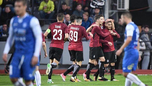 Fotbalisté Sparty se radují po vedoucím gólu na hřišti Znojma ve třetím kole MOL Cupu. Úspěšným střelcem byl Vatajelu.