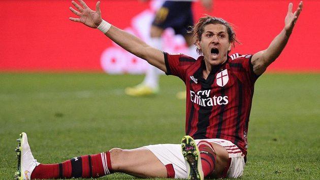 Alessio Cerci z AC Milán nespokojeně gestikuluje v ligovém utkání s Veronou.