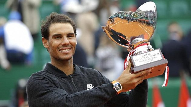Rafael Nadal s trofejí pro vítěze turnaje v Monte Carlu.