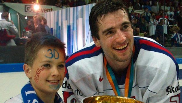 Slavná chvíle Miroslava Hlinky. Po finále MS 2002, v němž Slováci porazili Rusy, pózoval se synem Michalem.