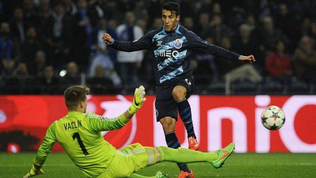 Bankář Basileje Tomáš Vaclík inkasuje od Cristiana Tella v osmifinále Ligy mistrů.