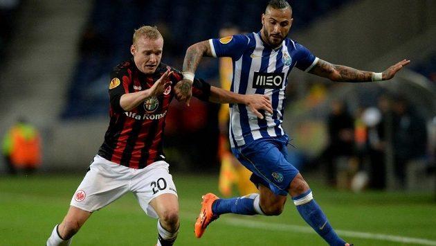Záložník Frankfurtu Sebastian Rode (vlevo) v souboji s útočníkem Porta Ricardem Quaresmou v Evropské lize.