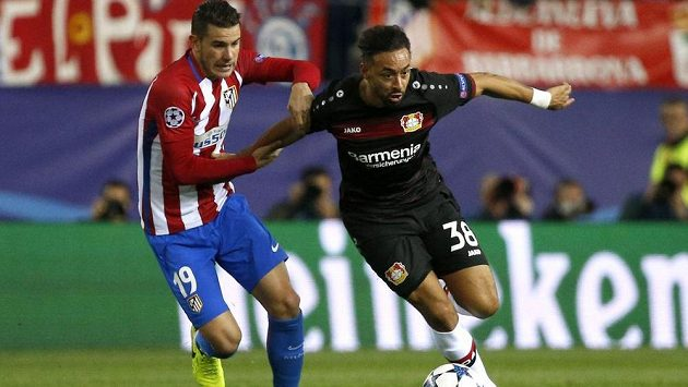 Karim Bellarabi z Leverkusenu prchá Lucasi Hernandézovi z Atlética Madrid.