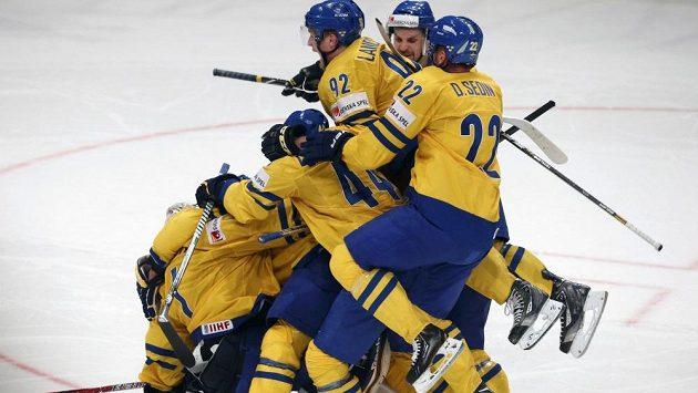 Hokejisté Švédska slaví postup do semifinále.