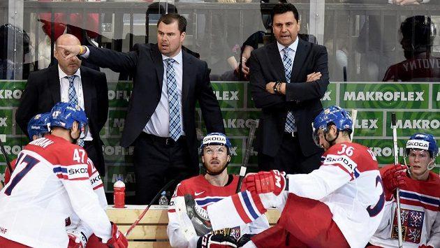 Čeští trenéři Jaroslav Špaček (vlevo) a Vladimír Růžička během utkání MS.