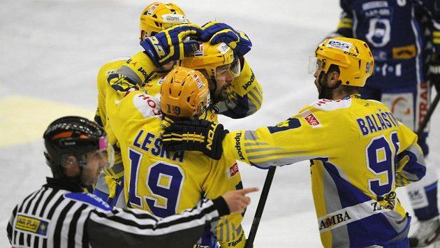 Zleva Petr Leška (č. 19), Oldřich Kotvan (vzadu) a Jaroslav Balaštík (vpravo) gratulují střelci prvního gólu Zlína Jiřímu Marušákovi v úvodním finále play off extraligy s Brnem.