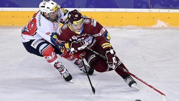 Útočník Sparty Martin Réway (v popředí) během zápasu s Pardubicemi.
