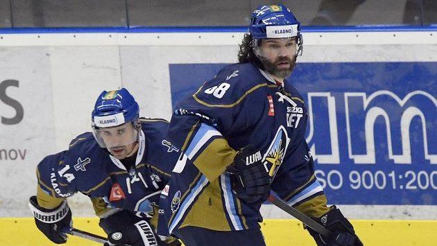Zleva Tomáš Plekanec a Jaromír Jágr z Kladna v úvodním duelu play off proti Přerovu.