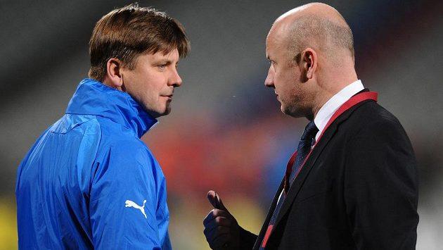 Odvolaný trenér Dušan Uhrin (vlevo) v rozpravě s generálním manažerem Viktorie Plzeň Adolfem Šádkem.