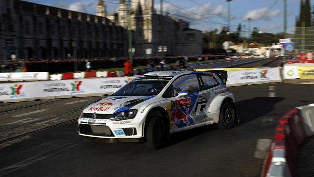 Sebastian Ogier s Volkswagenem Polo na trati Portugalské rallye.
