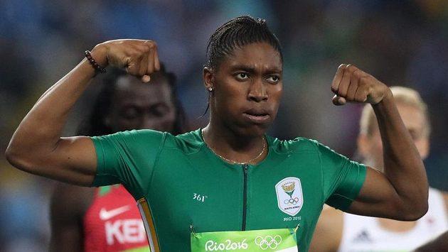 Typické gesto jihoafrické běžky Caster Semenyaové.