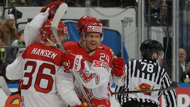 Hokejisté Dánska slaví gól proti Norsku v zápase MS.