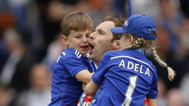 Petr Čech oslavuje poslední titul v Chelsea se synem Damiánem a dcerkou Adélou.