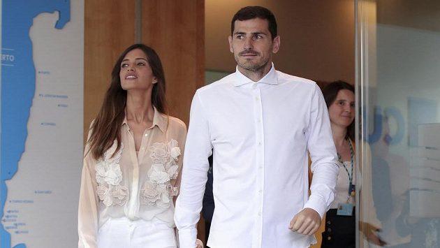 Španěl Iker Casillas s manželkou Sarou Carbonerovou opouští nemocnici.