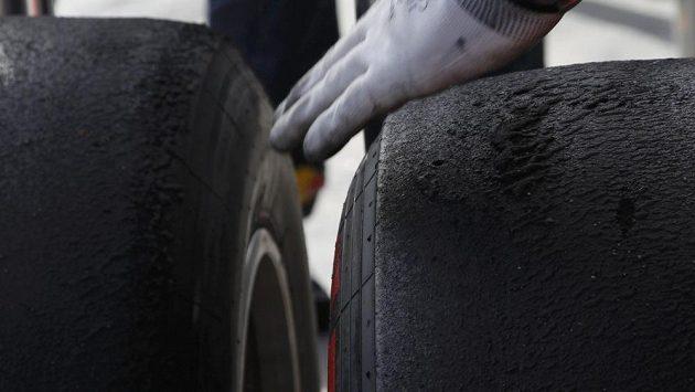 Odrbané superměkké pneumatiky Pirelli po měřeném tréninku formule 1 v australském Melbourne.