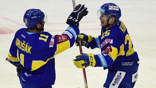 Zlínský útočník Pavel Kubiš (vpravo) se se spoluhráčem Jiřím Marušákem raduje ze svého druhého gólu proti Spartě.