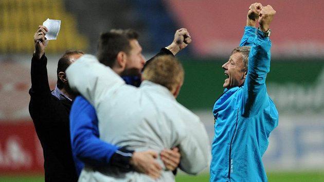 Trenér Teplic Zdeněk Ščasný (vpravo) oslavuje vítězství nad Plzní.