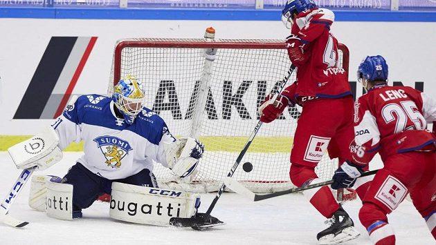 Finský gólman Janne Juvonen podržel spoluhráče v utkání s českým týmem.