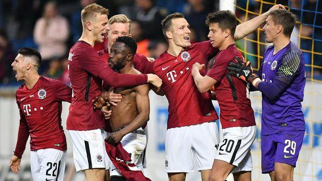 Hráči Sparty po závěrečné Kangově penaltě slaví pohárový postup v Teplicích.