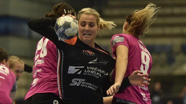 Michaela Borovská (uprostřed) z Mostu v utkání házenkářské Ligy mistryň proti týmu RK Krim Mercator.