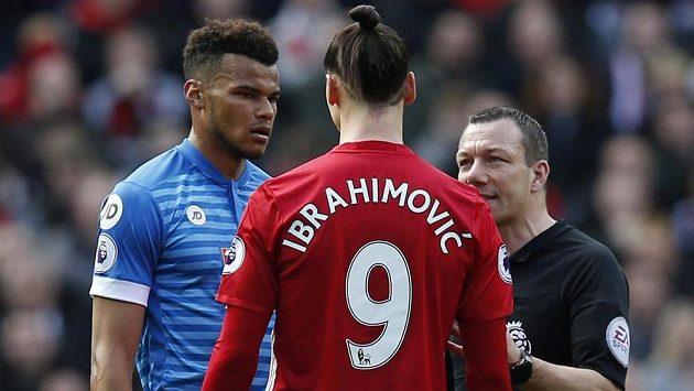 Zlatan Ibrahimovič z Manchesteru United v rozpravě s rozhodčím Kevinem Friendem (vpravo) a stoperem Bournemouthu Tyronem Mingsem po faulu švédského útočníka.