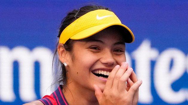 Britka Emma Raducanuová prožívá emoce po postupu do čtvrtfinále US Open.