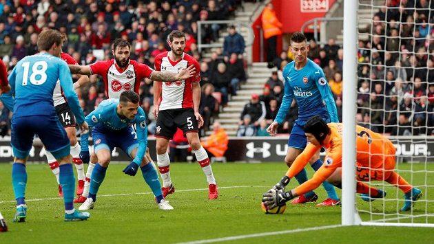 Petr Čech v brance Arsenalu zasahuje v ligovém utkání se Southamptonem.