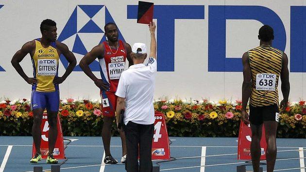 Jamajčan Usain Bolt (vpravo) mohl zůstat v klidu, červenou kartu za ulitý start v rozběhu stovky na MS v Moskvě viděl Kemar Hyman z Kajmanských ostrovů.