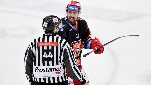 Filip Hronek z Hradce Králové diskutuje s čárovým rozhodčím během utkání s Třincem.