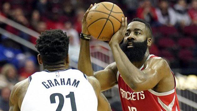Hvězda Houstonu i celé NBA James Harden střílí přes bránícího Treveona Grahama z Brooklynu.