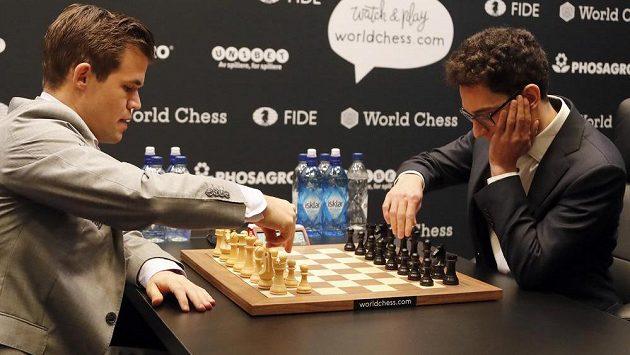 Norský šachista Magnus Carlsen (vlevo) při nedávném duelu s Američanem Fabianem Caruanou. Ilustrační snímek.